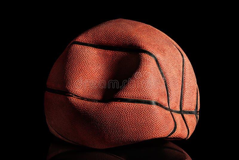 Выкачанный и rumpled старый шарик баскетбола стоковое фото