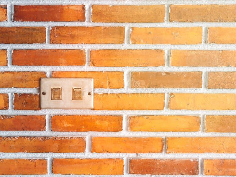 Выключатель grunge крупного плана электрический повернул с красной кирпичной стеной для предпосылки стоковая фотография rf