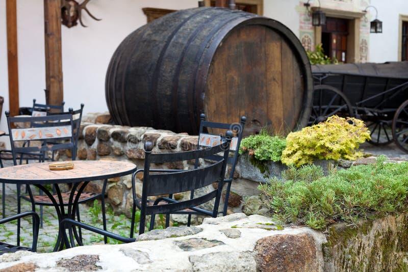 Выкованное кафе мебели и бочонок пива стоковая фотография rf