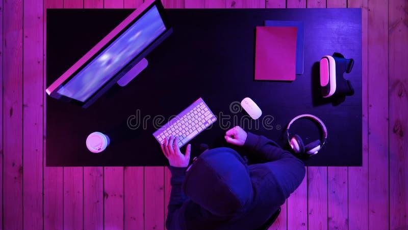 Выкрики Gamer идя сумасшедший поражения в видеоигре ударяя таблицу с его кулаком стоковая фотография
