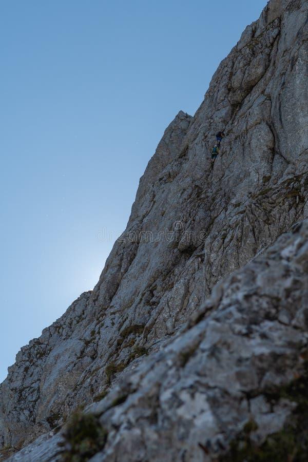 Вымачивайте вертикальную стену в Джулиане Альпах при 2 видимых альпиниста поднимая для того чтобы покрыть стоковые изображения rf