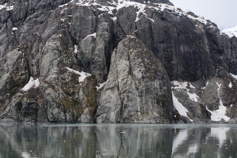 Вымачивайте ледниково отполированные скалы на заливе ледника, Аляске стоковая фотография rf