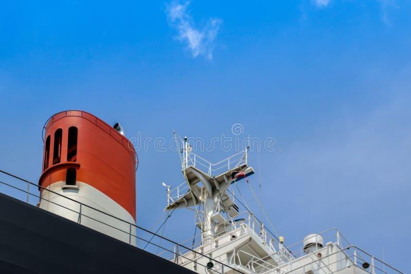 Вымотайте радио корабля и рангоута, радиолокатор на палубе моста навигации на голубом небе стоковое фото