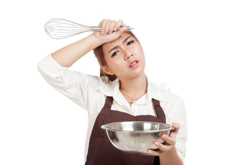 Вымотанная азиатская девушка хлебопека с юркнет и шар стоковые изображения rf