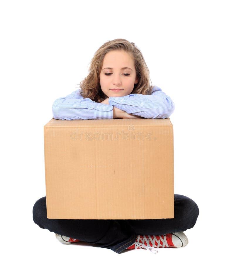 Вымотанная девушка с moving коробкой стоковые изображения rf