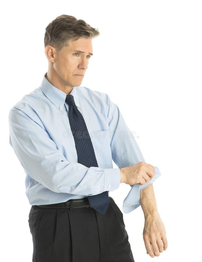 Вымотанный бизнесмен свертывая вверх по его рукавам стоковая фотография rf