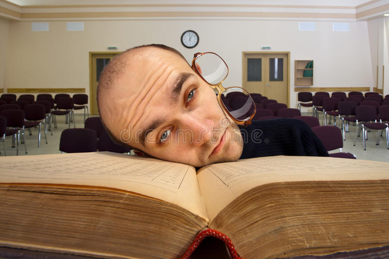 вымотанный сонный студент стоковые фотографии rf