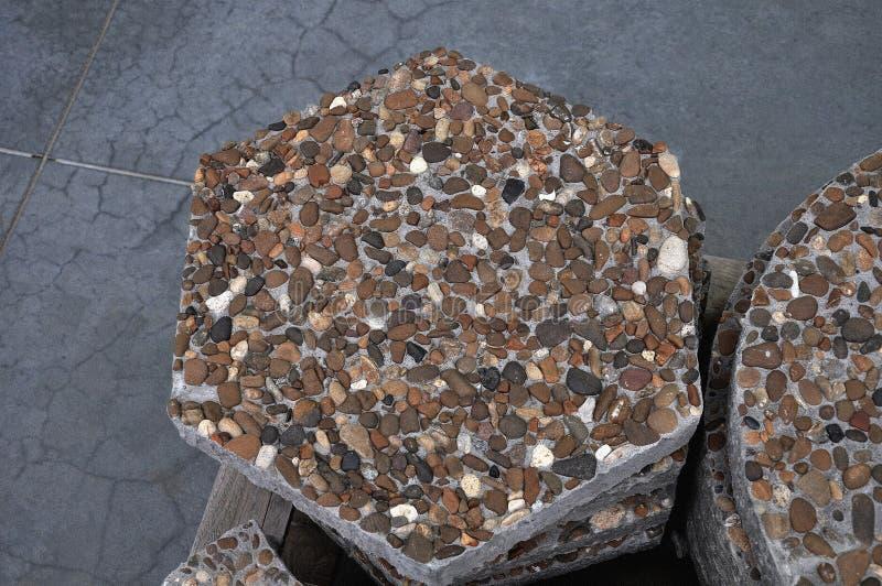 вымощать плитки Предпосылка камней моря на цементном растворе стоковое фото rf