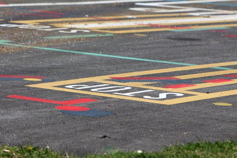 Вымощенная линия испытывая место улицы с различными красочными формами и письмами покрашенными на мостовой стоковые фотографии rf