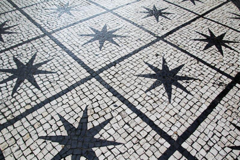 Вымощенная дорога в Лиссабоне, Португалии стоковые изображения rf