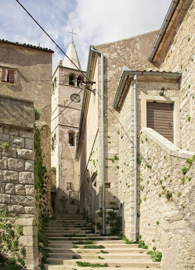 Вымощенная cooble улица лестниц в старом римском городе стоковые изображения rf