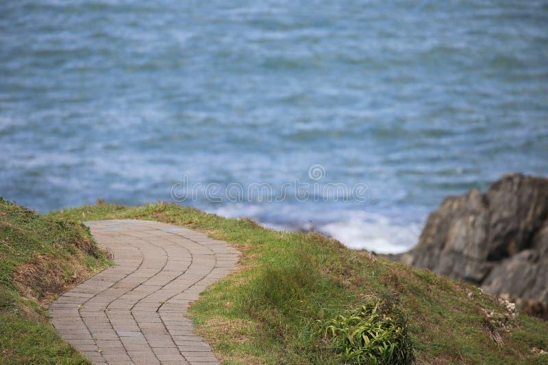 Вымощенные ветры пути вокруг прибрежной перспективы стоковые изображения