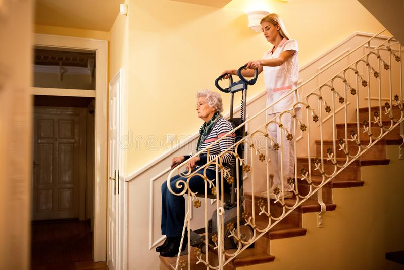 Вынянчите использующ машину для взбираться к лестницам и циновке помощи старой стоковое фото rf