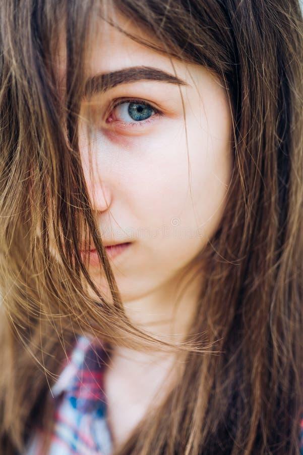 Выпадение волос и забота Женщина с хрупкими волосами Косметики и skincare макияжа Радостная милая девушка на открытом воздухе Пор стоковое фото rf