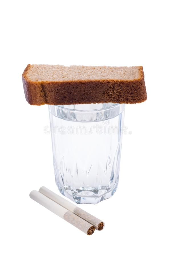 Выпейте для тех которые умерли, и закурите несколько сигареты на белизне стоковое фото rf