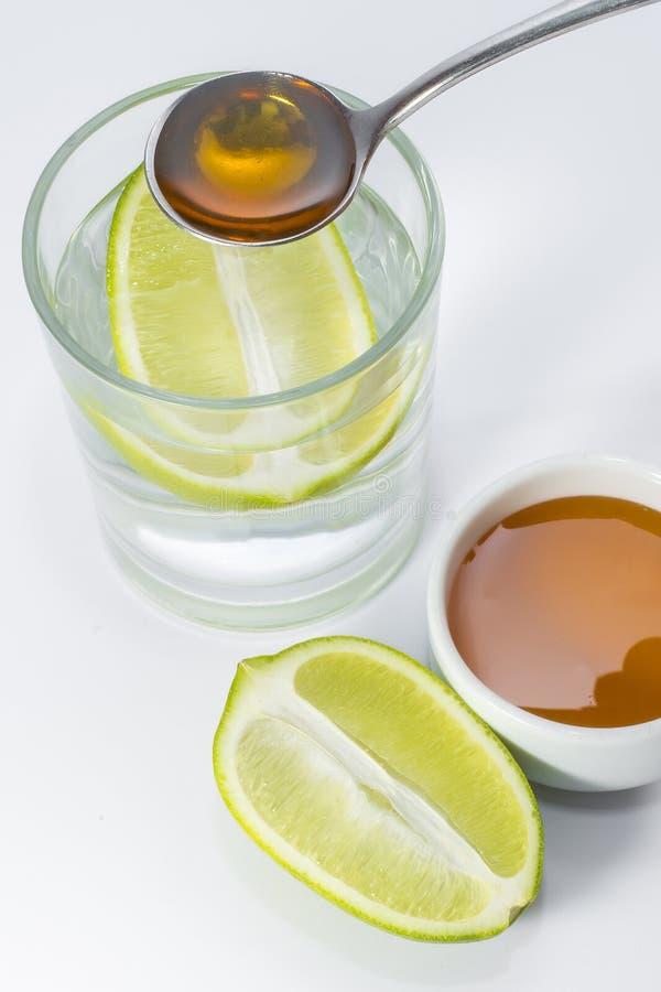 Выпейте стекло воды лимона и меда каждый день стоковая фотография rf
