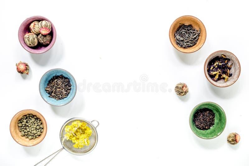 Выпейте травяной чай с космосом взгляд сверху предпосылки таблицы brew белым для текста стоковые фото