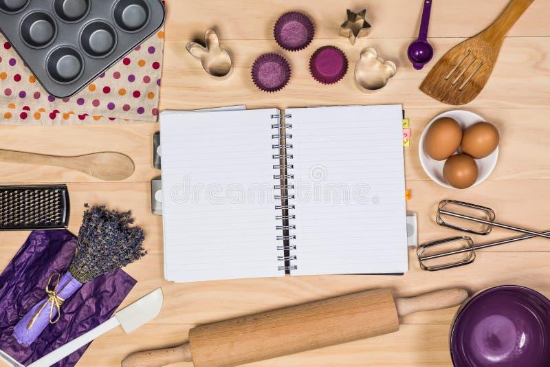 Выпечка и инструменты печенья с тетрадью стоковые фотографии rf
