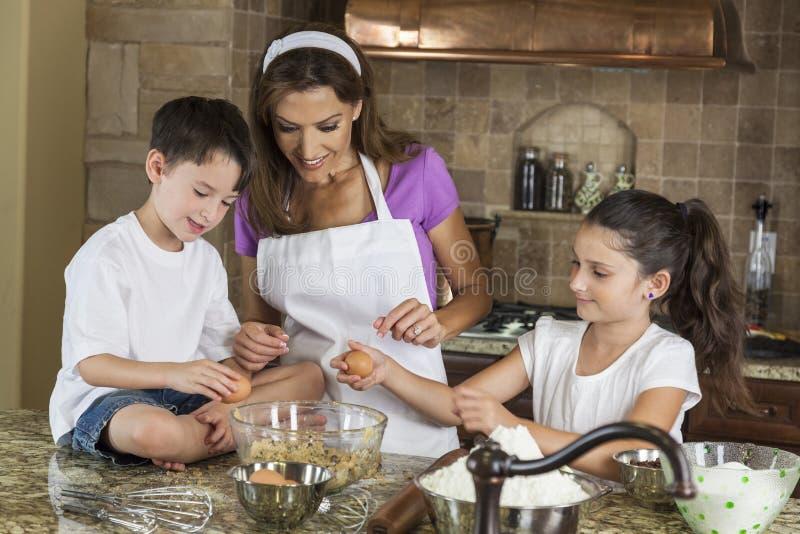 Выпечка семьи дочи сынка мати в кухне стоковое изображение rf
