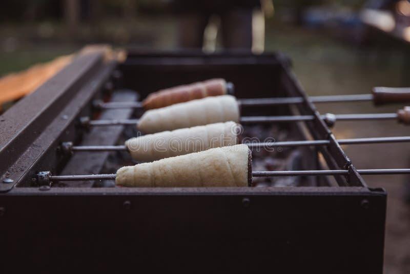 Выпечка Kurtoskalacs, традиционный венгерский торт вертела, в магазине печенья Фестиваль (½ l ¿ Fesztivï cs ½ ¿ rtoskalï ½ ¿ Kï)  стоковые фото