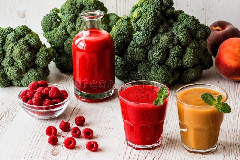 выпивает здоровую smoothie поленики свежий в соке стекла и бутылки и персика на белой деревянной предпосылке стоковое изображение