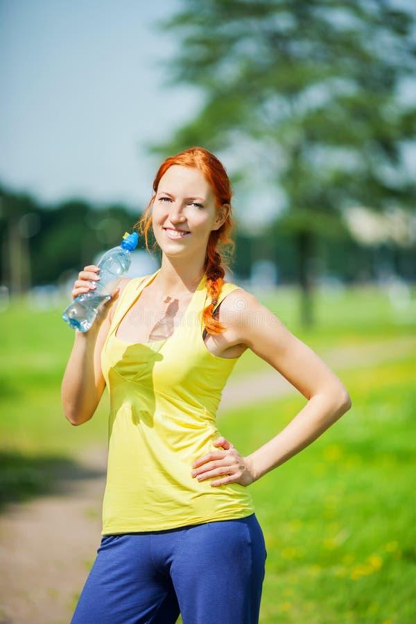 Выпивать женщины спортсмена стоковое изображение rf