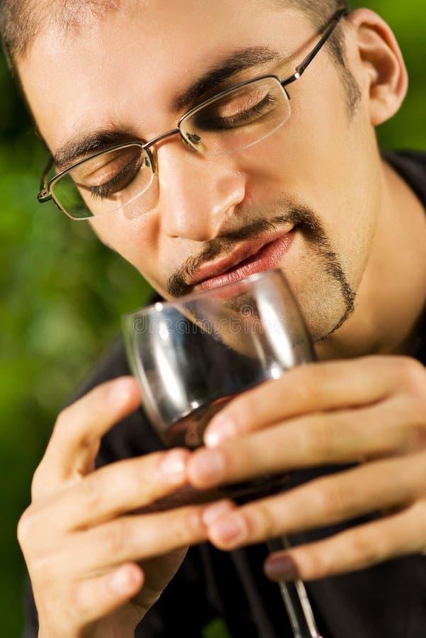выпивая вино человека красное стоковое фото rf