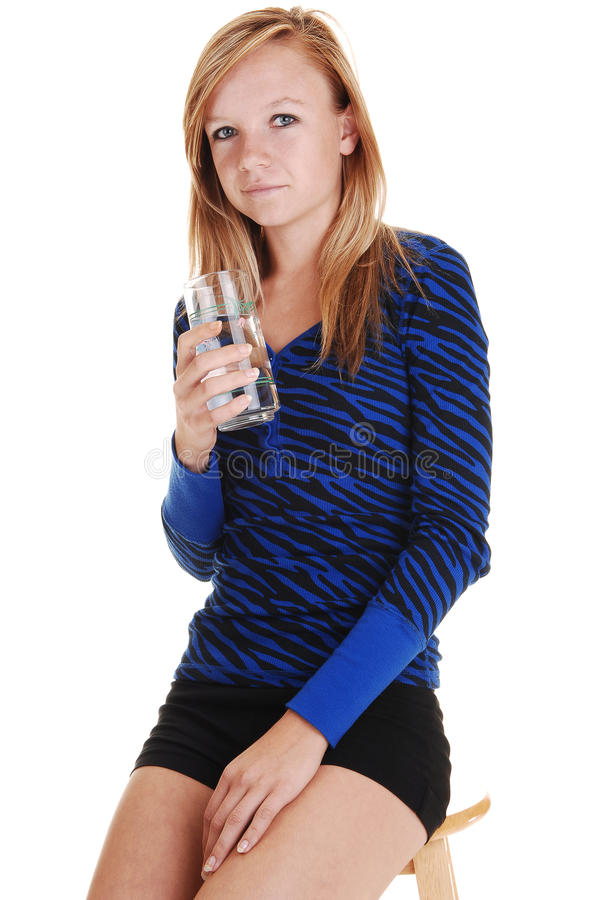 выпивая вода девушки стоковое изображение