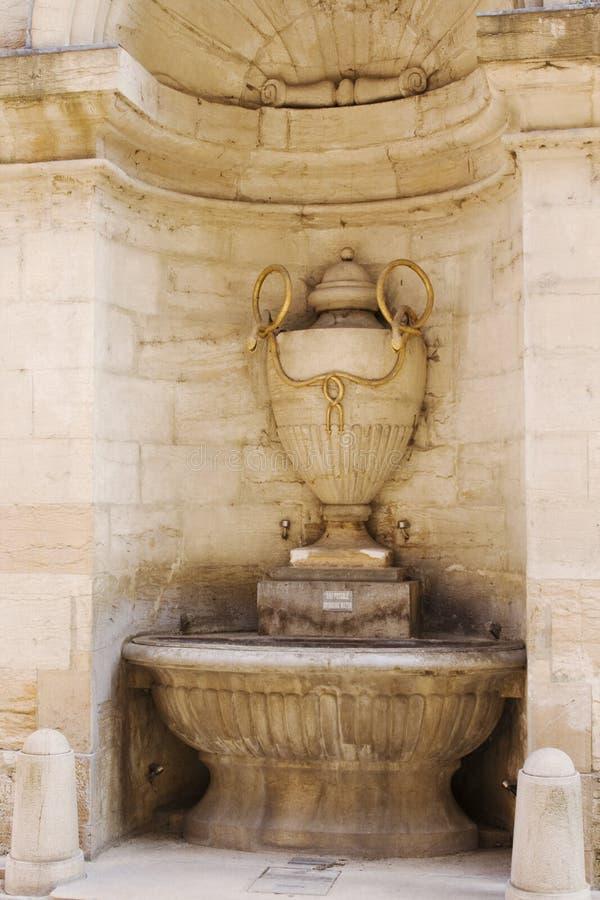 выпивая вода Франции стоковые фото
