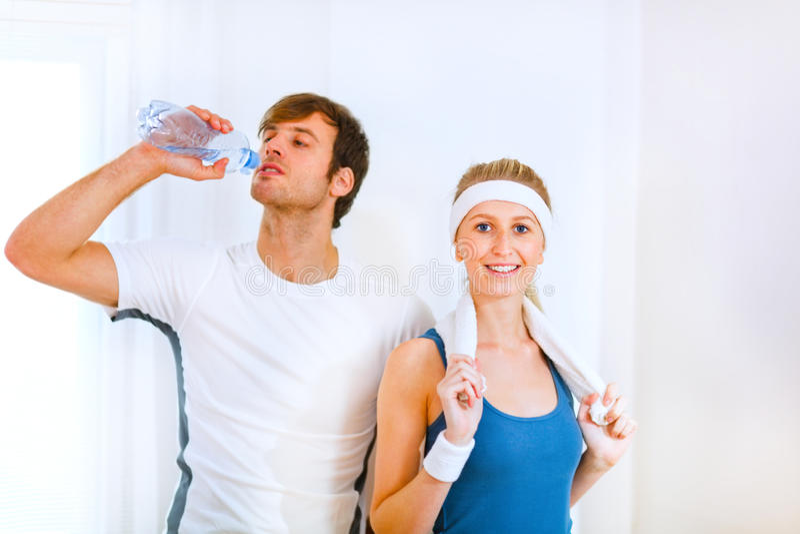 выпивая вода sportswear девушки мыжская стоковые фото