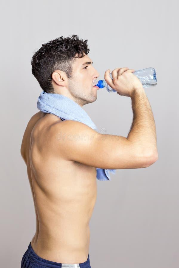 выпивая вода человека стоковые изображения rf