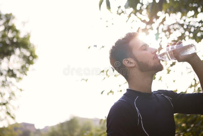 выпивая вода человека стоковое фото