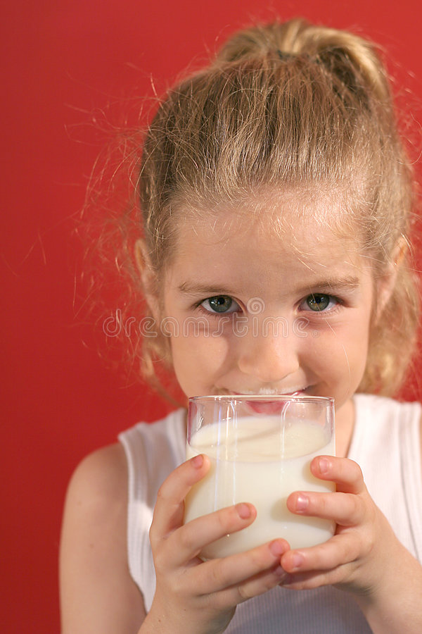 выпивая девушка счастливый маленький mil стоковое фото rf