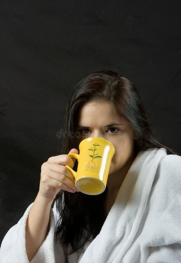 выпивая женщина чая стоковая фотография rf