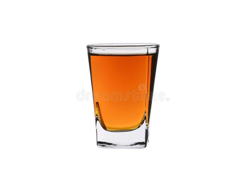 Выпивая стекло вискиа и рябиновки изолированных на белой предпосылке стоковое изображение