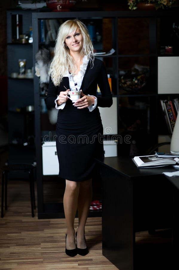 выпивая счастливая женщина чая стоковое изображение rf