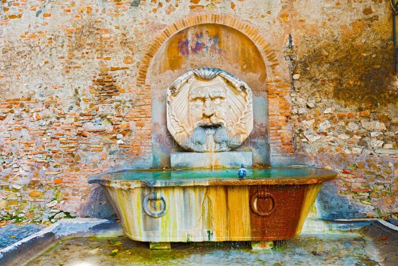 Выпивая фонтан в Риме, Италии стоковая фотография