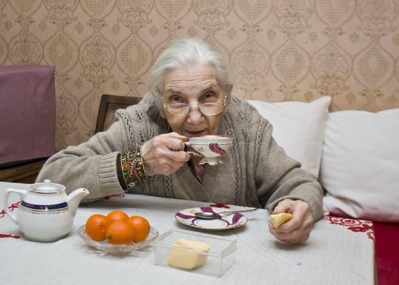 выпивая чай повелительницы старый стоковые изображения rf