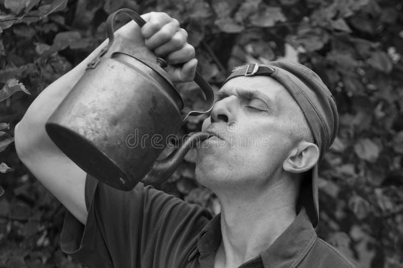 выпивая человек стоковая фотография rf
