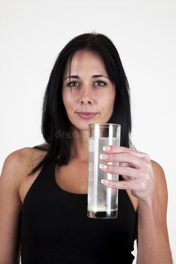 выпивая effervescent женщина таблетки стоковое фото