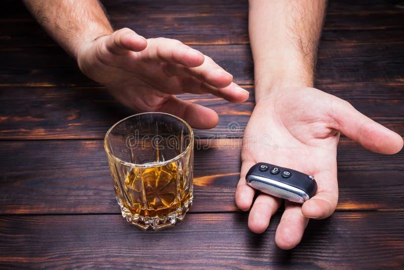 выпитый управлять Стекло в руках человека и ключах автомобиля питье стоковое фото rf