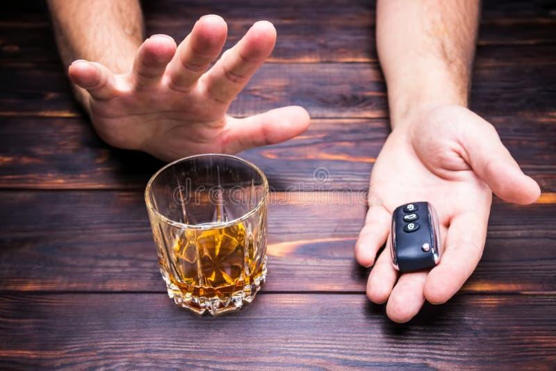 выпитый управлять Стекло в руках человека и ключах автомобиля питье стоковые изображения rf