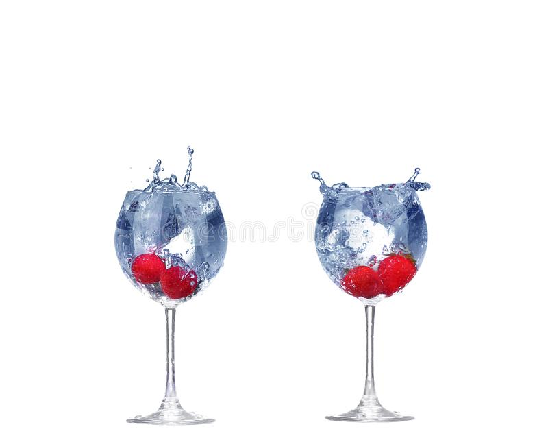 Выплеск клубники коллажа в стекле коктейля на белизне стоковые фотографии rf