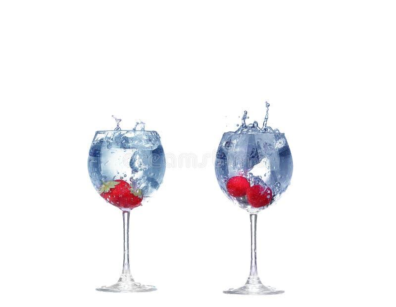 Выплеск клубники коллажа в стекле коктейля на белизне стоковое изображение rf