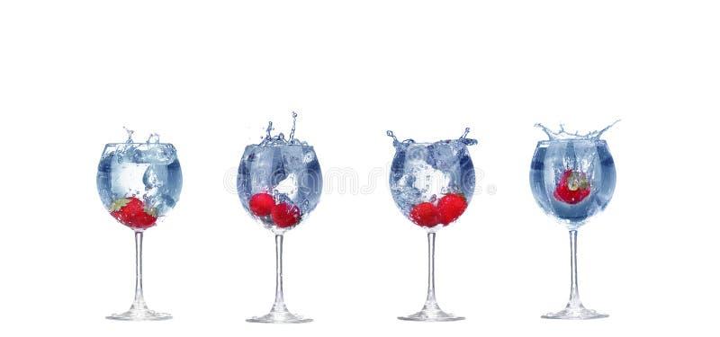 Выплеск клубники коллажа в стекле коктейля на белизне стоковое изображение