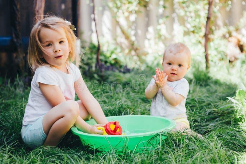 Выплеск маленьких девочек в тазе стоковые изображения rf