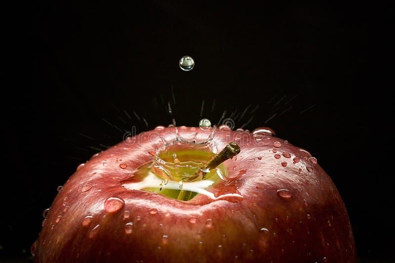 выплеск падений яблока стоковое изображение rf