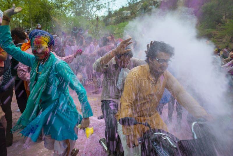 Выплеск цветов на деревне nandgaon во время фестиваля Holi на Nandgaon, Уттар-Прадеш, Индии стоковое фото rf