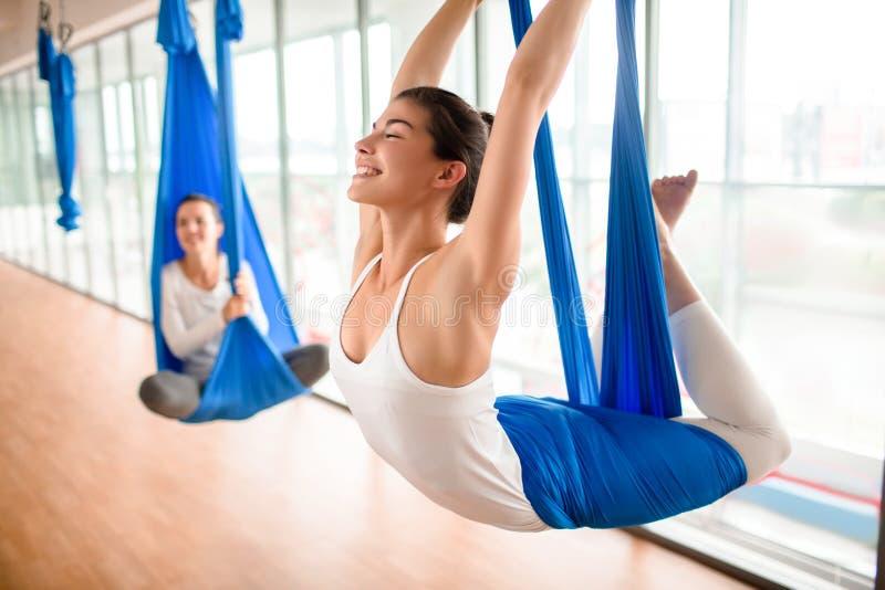 Выполнять антигравитационную тренировку йоги стоковая фотография rf