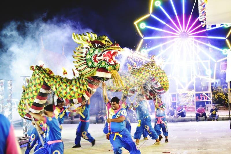 Выполнять огонь дракона бросая на великолепном свете в церемонии посвящения в Samut Prakan, Таиланд стоковые фото